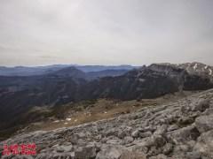 Desde la cima: lapiaz, llanos y al fondo Peña Canciás ©aunpasodelacima
