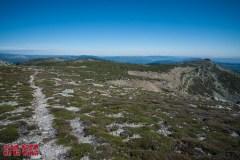 Frente a nosotros el Alto de Gamella, algo a la izquierda el Alto de Cueva Grande y a la derecha, el Pico Verde, con su resalte rocoso.