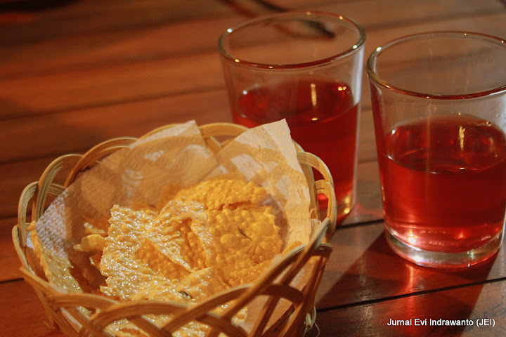 teh rosella dan kerupuk sebagai welcome drink