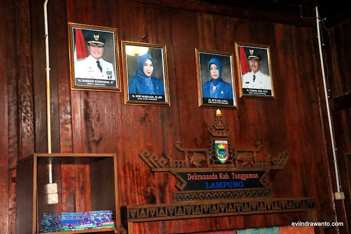 Foto Bupati Tanggamus Bapak Bambang Kurniawan dan wakil Bapak Samsul Hadi di dinding