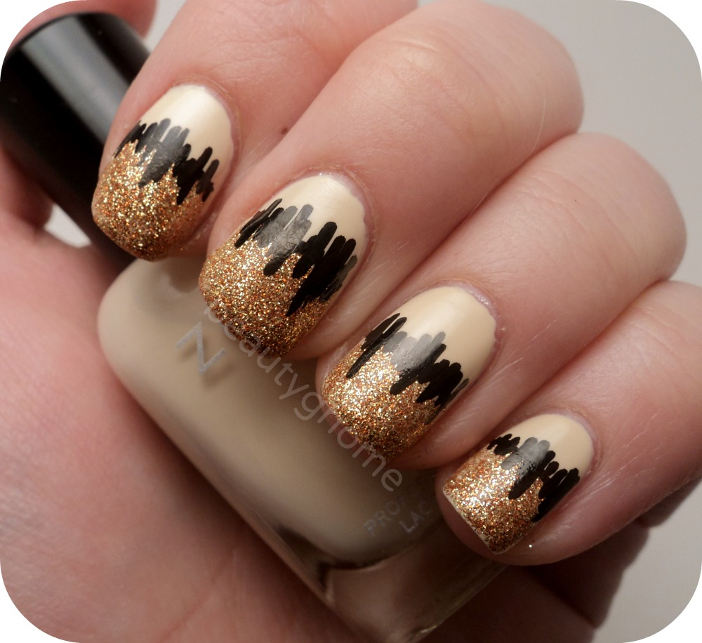 ATTRACTIVE SOPHISTICATED BLACK AND GOLD NAILS,NAIL STYLES