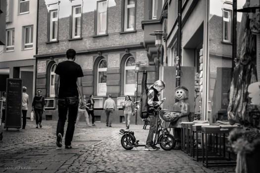 Little girl with a big bag 20140326 Berit Schurse