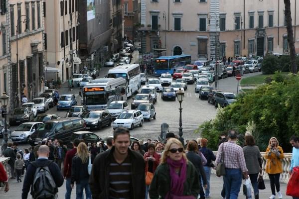 Trotz Stau kommen die Busse in Rom fast immer zügig voran.