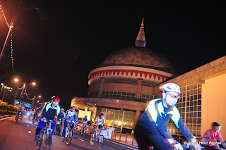 BRUNEI_BSB_Bicyclers pass by the Royal Regalia building as they complete the circuit to promote a limited carbon footprint lifestyle 05_NIZAMRAHMAN