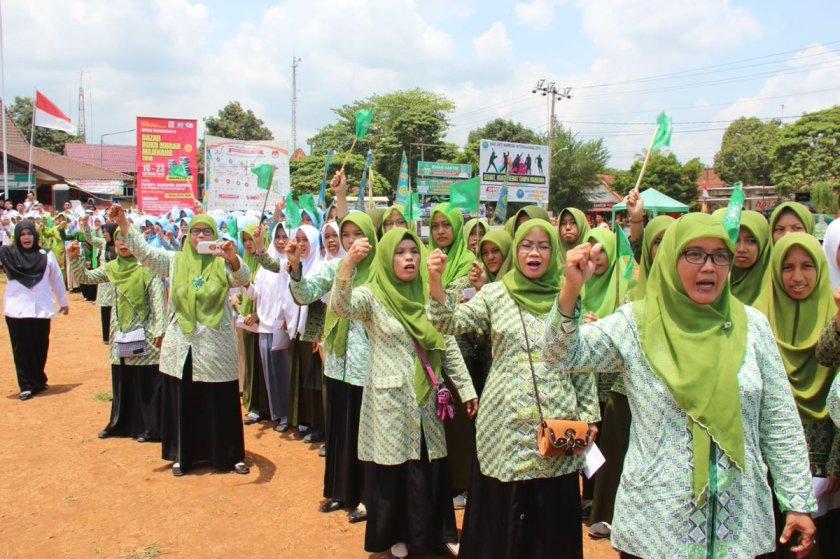 Semangat Muslimat NU Majenang sambut kirab Resolusi Jihad. Foto: FB Sururi Arumbani.