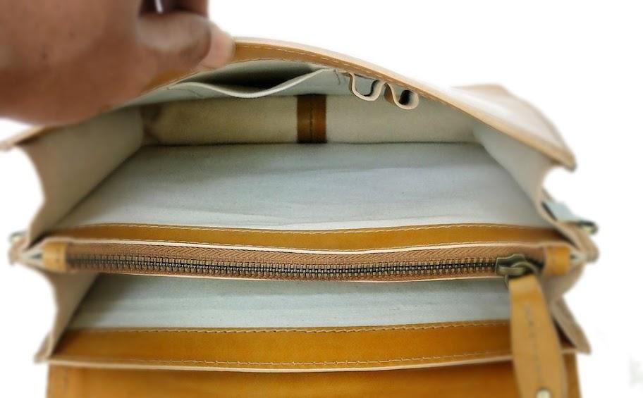 ช่องสัมภาระที่สำคัญที่ด้านหลังกระเป๋า