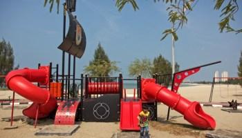 permainan kanak-kanak di pantai klebang