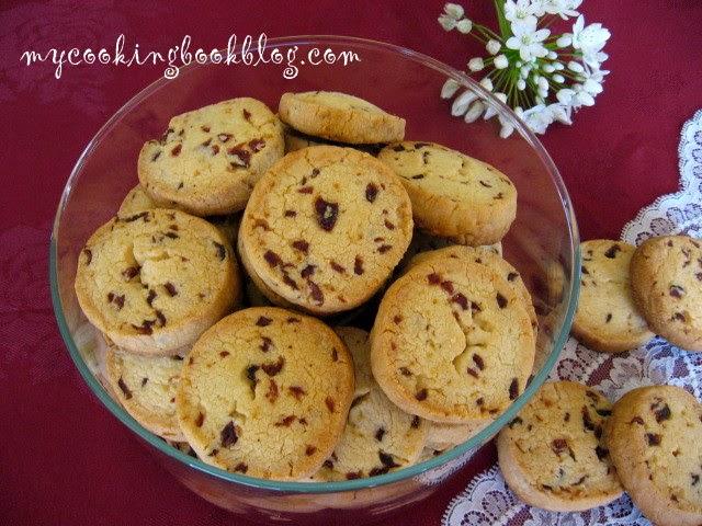 Маслени бисквити с червени боровинки
