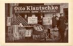 Delikatessengeschäft des Otto Klautschke; um die ausgestellten Waren postieren sich fünf Herren, 1905