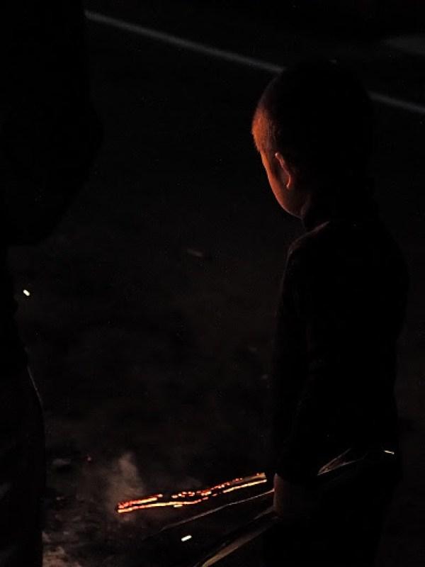 渋い写真だけど実は火のついた棒を振り回して遊んでた子