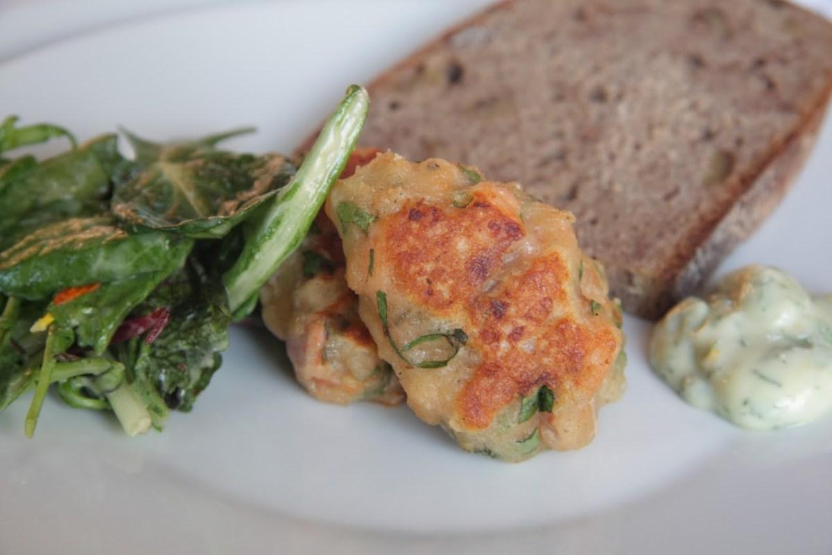 Mini Fischfrikadellen von Forelle mit Frankfurter Kräutermayo und Salat