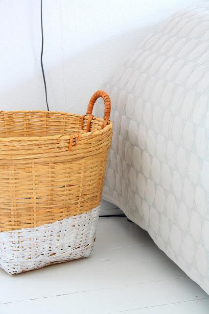 Una cesta al lado de la cama.