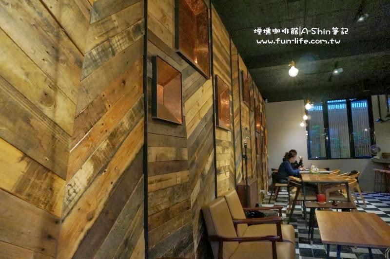 煙燻咖啡牆上以木板作為裝潢