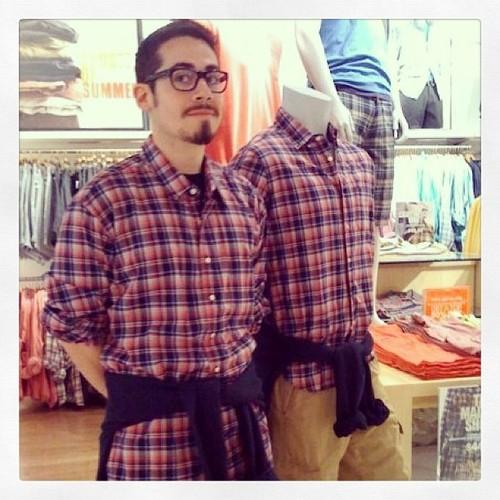 #撞衫也是一種樂趣:溫哥華男子就是愛到店跟假人模特兒撞衫 2