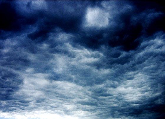 Céu dramático com nuvens escuras