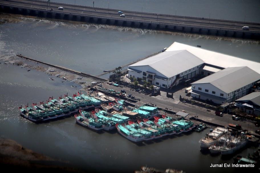 foto dermaga dan perahu yang sedang bersandar