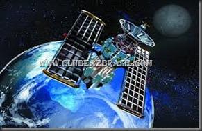 Como é possível o satélite ficar parado na sua posição orbital