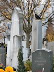 Ein Rabe auf dem Grabstein
