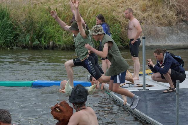 loze vissertjes springen voor proper water
