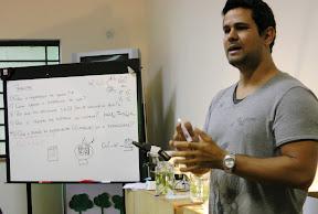 Thiago Almeida explica os conceitos químicos da eletrólise aquosa