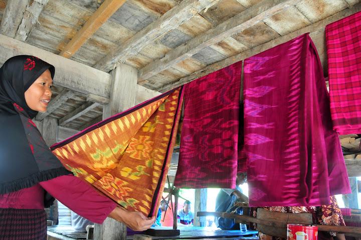 Corak kain tenun yang dihasilkan ibu-ibu di Desa Labuan Kertasari - Masyarakat lingkar tambang