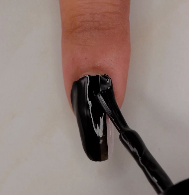 ATTRACTIVE SOPHISTICATED BLACK AND GOLD NAILS-NAIL STYLES 4