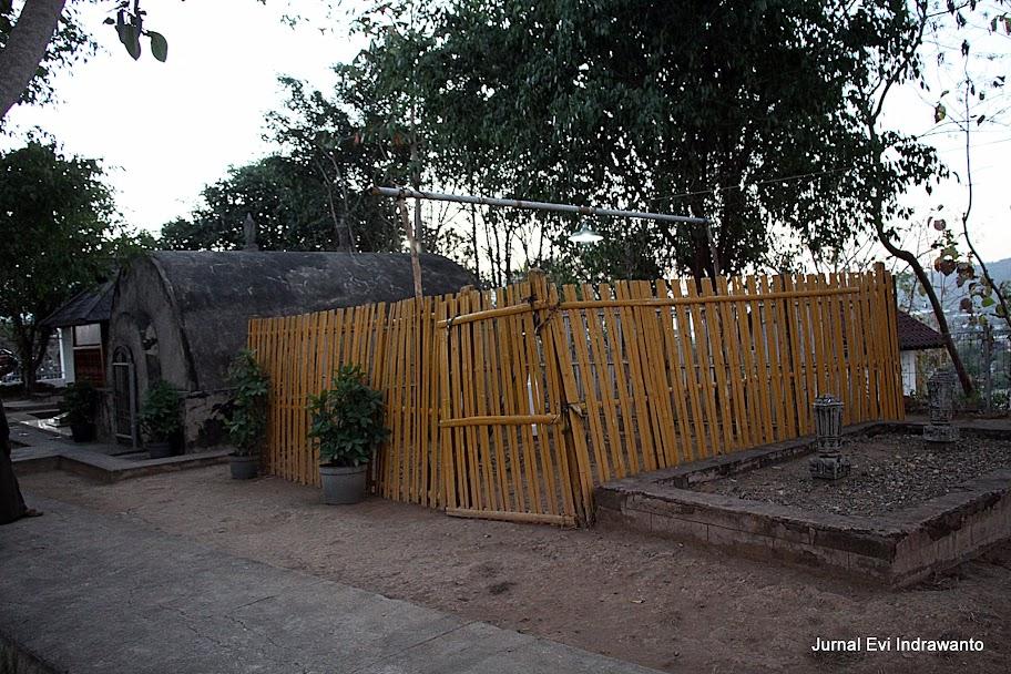 Makam disamping berpagar bambu. Mungkin kah milik Karaeng Popo?