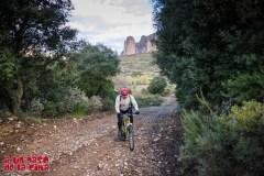 Dejamos la carretera de Riglos y tomamos este pedregosa pista. © aunpasodelacima