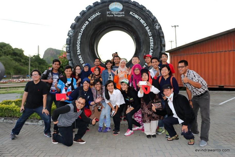 Foto keluarga Batu Hijau Sumbawa BootCamp -Di depan roda haul truck