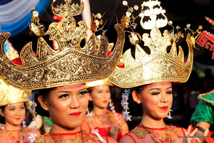 Gadis-gadis Lampung dengan Sigar dalam Festival Krakatau