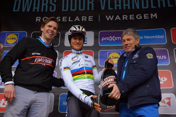 Michal Kwiatkowski ontvangt fles Kwaremont bij start Dwars door Vlaanderen