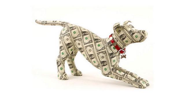Скульптура собаки из необычных материалов
