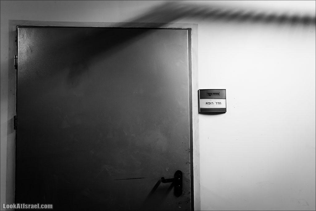 LookAtIsrael.com – Фотографии Израиля и не только…: Дома изнутри / Парковка Тарбут | LookAtIsrael.com - Фотографии Израиля и не только... По задумке, находящаяся над парковкой площадь не должна была иметь никаких выделяющихся строений, а это проблема для вентиляционных сооружений. Архитекторы стоянки нашли элегантное решение спрятав вытяжки в заднюю внутренню стена театр Габима. Дверь же имеет отношение к следующей фотографии