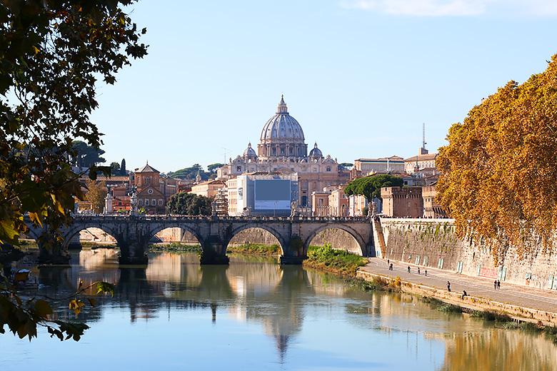 Promenade au bord du Tibre, à Rome.
