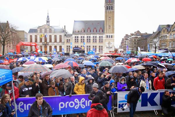 overvolle Grote Markt in Roeselare bij start Dwars door Vlaanderen
