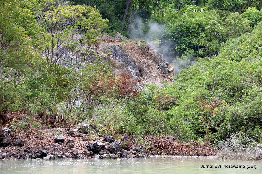 Foto asap dari kepundan mendidih - Foto wisata tanggamus