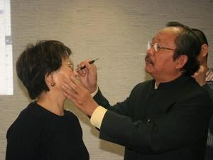 Giáo sư Bùi Quốc Châu giới thiệu cách tự chữa các chứng đau thông thường (Ảnh: Thu Hà/Vietnam+)