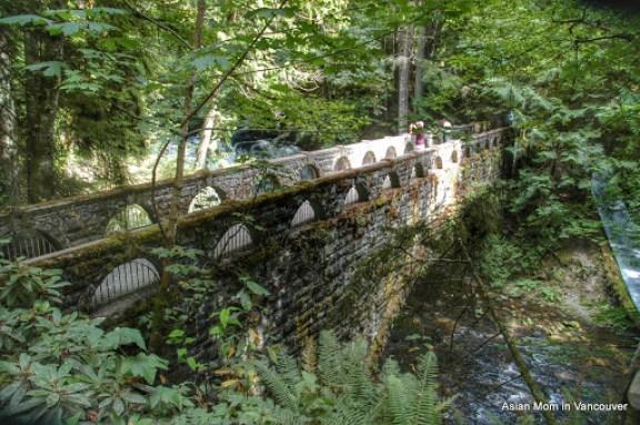 這座橋建於 1939-1940 年代, 已有70年了. 伴隨橋下的瀑布流水, 水氣多, 橋上長了很多苔蘚, 卻依然保持得很乾淨, 健行的遊客也不擾人. 這就是我最喜歡的小鎮魅力!