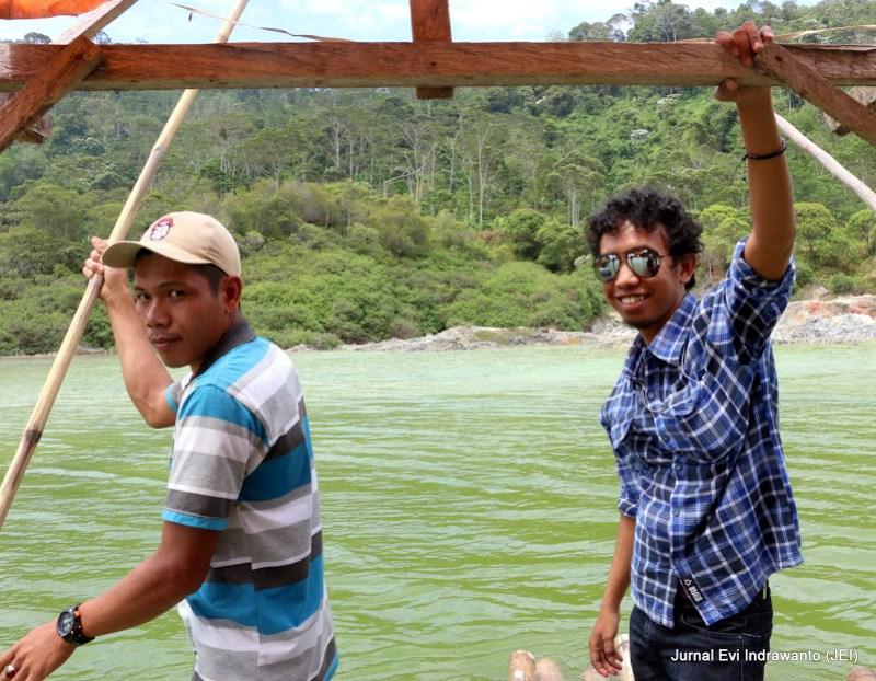 Teman media Lampung sedang beraksi di atas Danau Hijau