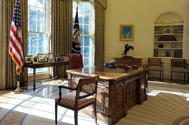 oval office chair covers red cote de texas president trump s new decor and the chairs flanking desk are still here from george w bush hmmm i wonder if damask sofas seen in last night