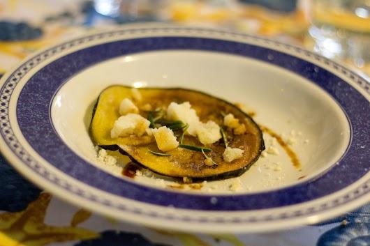 Stegte aubergineskiver med lagret pecorino, god balsamico og rosmarin