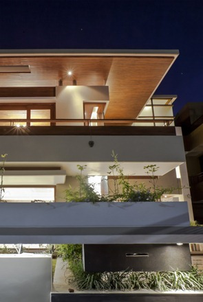 Twin-Courtyard-House-diseñada-por-Charged-Voids-1