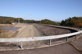 右岸よりダム湖側の堤体を望む