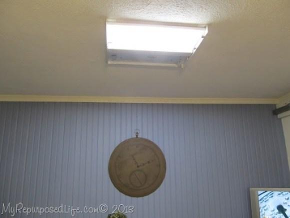 flourescent light fixture