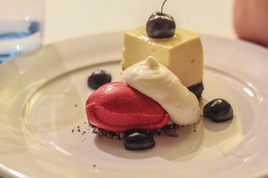 Dessert med kirsebærsorbet og hvid og mørk chokolade hos De 2 Have i Skagen - Mikkel Bækgaards Madblog