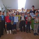 """Mandrii de premiile noastre. Pe langa medalii, diplome si carti, copiii au primit cate doua numere din revista """"Romania Pitoreasca"""", sponsorizare de la aceasta editura."""