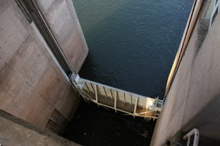上流側の閘門を望む