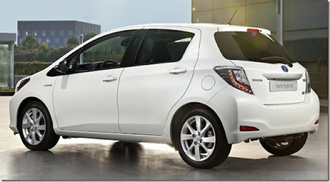 Toyota-Yaris_Hybrid_2013_1280x960_wallpaper_02