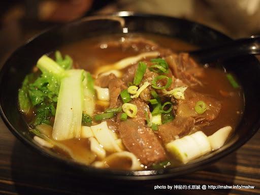 """牛肉麵!我又來了~ 台北""""鬥牛士牛肉麵""""誠品站前店 中式 中正區 區域 台北市 排餐 牛肉麵 豬排 飲食/食記/吃吃喝喝 麵食類"""