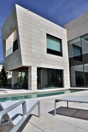 vidrio-acero-piedra-fachada-casa